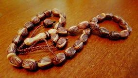 Perle di preghiera islamiche sulla tavola Immagine Stock