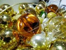 Perle dorate brillanti variopinte e perle fotografia stock libera da diritti