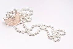 Perle e braccialetto dorato Fotografie Stock Libere da Diritti