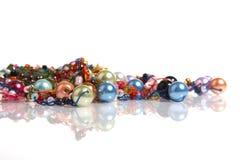 Perle e branelli su bianco Fotografia Stock Libera da Diritti