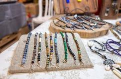 Perle e collane da vendere al mercato dell'artigianato immagini stock libere da diritti