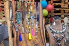 Perle e collane da vendere al mercato dell'artigianato immagini stock