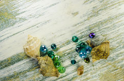 Perle e conchiglie blu luminose al fondo del telaio Fotografia Stock