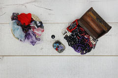 Perle e sciarpe del tesoro Immagini Stock