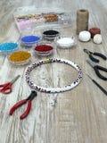 Perle, fabbricazione d'imitazione fatta a mano dei gioielli Fotografie Stock Libere da Diritti