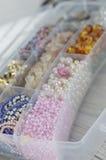 Perle, fabbricazione d'imitazione fatta a mano dei gioielli Immagini Stock Libere da Diritti