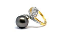 Perle foncée avec l'anneau de diamant et d'or d'isolement Image libre de droits