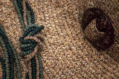 Perle le collier au-dessus du chapeau tissé photographie stock