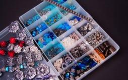 Perle piane d'argento strutturate vittoriane messe insieme, perle quadrate del cursore, braccialetti del polsino e perle sciolte fotografia stock