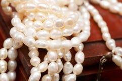 Perle reali bianche del fiume sulla casella di legno fotografia stock