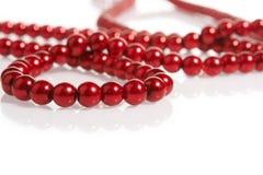 Perle rosse su bianco Immagine Stock Libera da Diritti