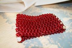 Perle rosse su fondo d'annata Fotografia Stock