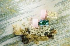 Perle sparse e vecchia chiave e barattoli con le perle e le perle blu Fotografia Stock Libera da Diritti