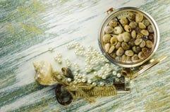 Perle sparse ed orologio convertito con le conchiglie e la vecchia chiave Immagini Stock Libere da Diritti
