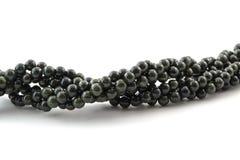 Perle tortuose della gemma su fondo bianco Immagine Stock Libera da Diritti