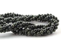 Perle tortuose della gemma su fondo bianco Fotografia Stock Libera da Diritti