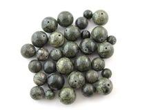 Perle tortuose della gemma su fondo bianco Fotografie Stock