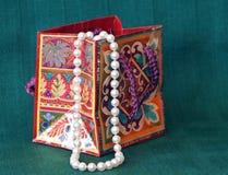 Perle in un sacchetto del regalo Fotografia Stock