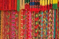 Perle variopinte dei fili fatti a mano asiatici al mercato all'aperto dei mestieri a Kathmandu, Nepal Fotografia Stock Libera da Diritti