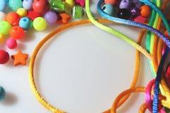 Perle variopinte e filo su fondo bianco Fotografie Stock Libere da Diritti