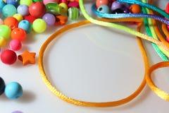 Perle variopinte e filo su fondo bianco Fotografia Stock Libera da Diritti