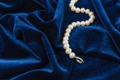 Perlen auf blauem Samt Lizenzfreies Stockbild