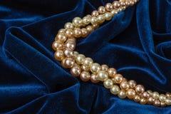 Perlen auf blauem Samt Lizenzfreies Stockfoto
