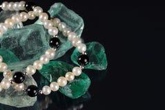 Perlen auf den Felsen Stockfotos