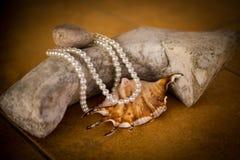 Perlen auf einem Stein Stockfoto