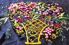 Perlen auf einer hand--emboidered Doilyserviette Stockfotografie