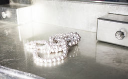 Perlen auf Frisierkommode Stockfotos