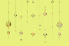Perlen auf gelbem Farbhintergrund Stockfotografie