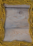 Perlen auf Holztisch Lizenzfreies Stockfoto