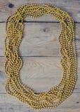 Perlen auf Holztisch Lizenzfreie Stockfotos