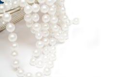 Perlen auf weißem Hintergrund Stockfotografie