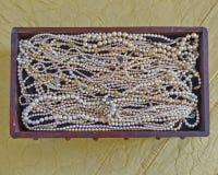 Perlen in der hölzernen Krippe der Weinlese Stockfotografie