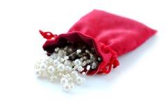 Perlen in der roten Tasche Lizenzfreie Stockbilder