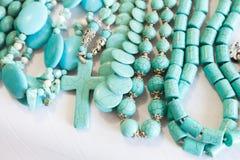 Perlen des blauen Türkissteins liegen auf dem Zähler Stockbilder