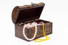 Perlen in einer alten Holzkiste Getrennt lizenzfreie stockfotos