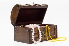 Perlen in einer alten Holzkiste Getrennt lizenzfreie stockbilder