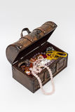 Perlen in einer alten Holzkiste Getrennt lizenzfreies stockfoto