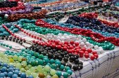 Perlen gemacht von den Natursteinen Lizenzfreie Stockbilder