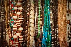 Perlen gemacht von den verschiedenen Materialien auf Markt Indien Rajasthan, P Stockfotos