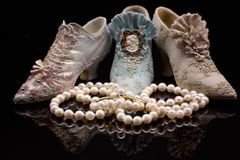 Perlen-Halskette in Front Of Miniature Shoes lizenzfreies stockbild