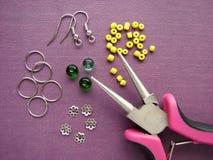 Perlen, Möbel und Werkzeuge für die Herstellung von Ohrringen, handgemachter Schmuck Lizenzfreie Stockfotos