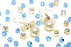Perlen-Ohrringe und Korne Stockfotos