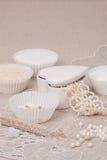 Perlen-Schmuck auf natürlichem Leinenhintergrund Hand Lizenzfreie Stockfotos