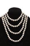 Perlen Sie Halskette auf dem schwarzen Mannequin, das auf Weiß lokalisiert wird Stockfoto