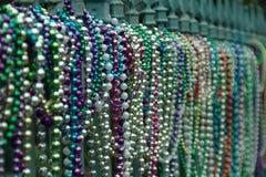 Perlen stimmten auf Zaun in New Orleans in Lousiana nach Mardi Gras überein Stockbild
