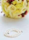 Perlen und Hochzeitsblumenstrauß Stockfotos